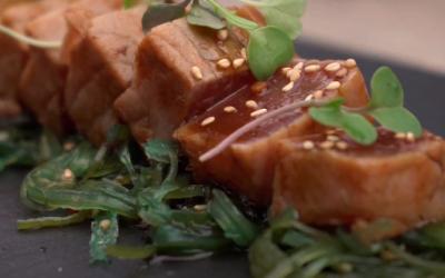 Receta de Tataki de atún rojo a la piedra volcánica con ensalada de wakame y sésamo