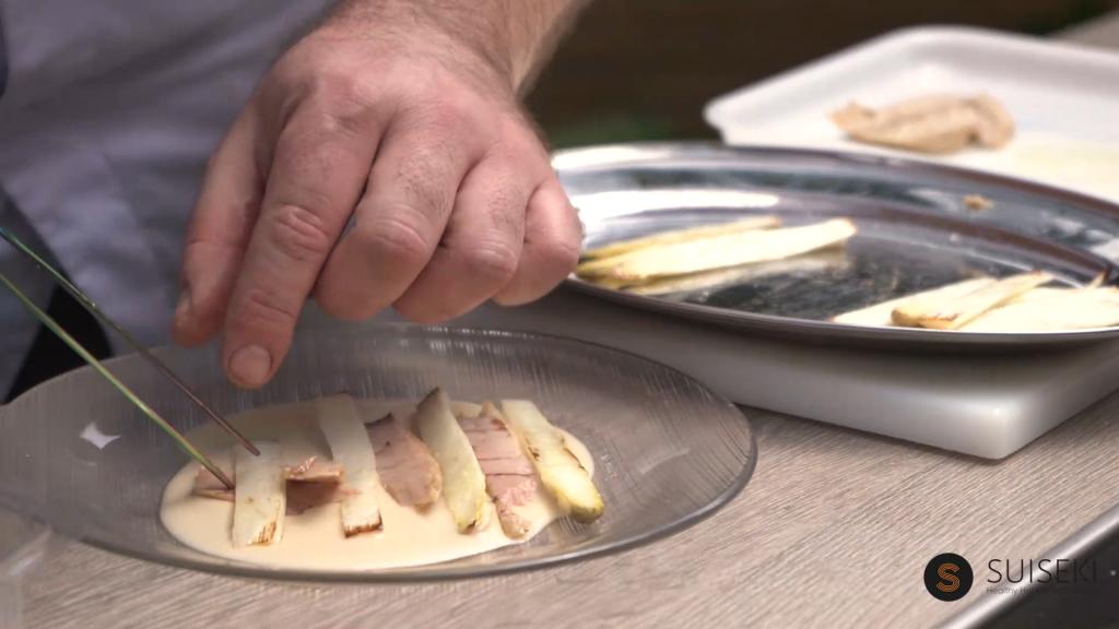 Emplatar los espárragos de Navarra con la ventresca de atún sobre el ajoblanco