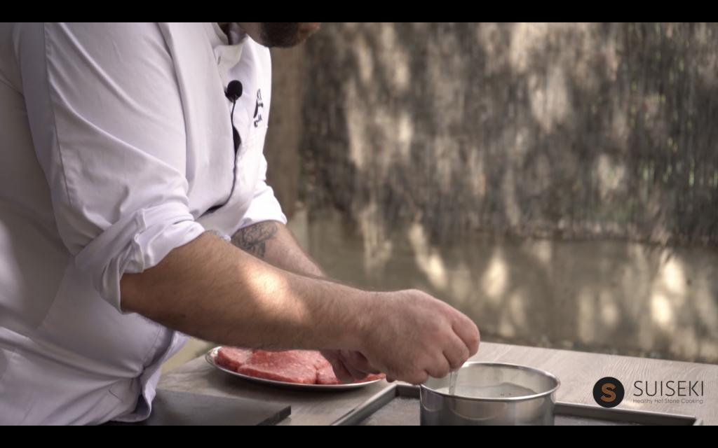 Preparando salsa mostaza para la hamburguesa de chuleta